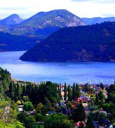 Una ciudad junto al lago y entre cerros ... bellísima ...