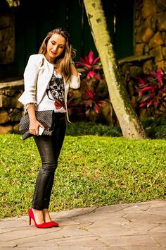 look com camiseta 2 Red Pumps, Red Shoes, Look Fashion, Ideias Fashion, Leather Pants, Casual Outfits, Sexy Women, Plus Size, Lifestyle