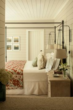 The farmhouse bedroom decoration style is about keeping the things simple an organic. It is classic, elegant and comfortable at the same time. The farmhouse bedroom design allows you to decorate with variety of accessories and furnishings that add a touch Farmhouse Master Bedroom, Home Bedroom, Bedroom Wall, Bedroom Ideas, Bedroom Rustic, Peaceful Bedroom, Bedroom Retreat, Bedroom Colors, Bedroom Country