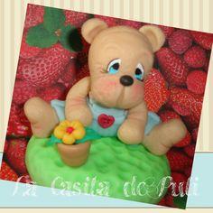 Frasco con tapa con un osito jardinero con flores . Ideal para rellenar con chuches, m&m, motitas de algodón, o lo que desees . El regalo perfecto para San Valentín   Puedes elegir otros tonos .  Cómprame aquí : https://shop.strato.com/epages/63942105.sf?ObjectPath=/Shops/63942105/Products/RP8&IsMerchantPreview=1