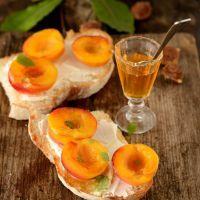 Tangy Peach and Prosciutto Bruschetta