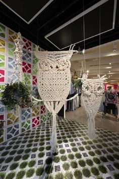 Giant owl (cotton rope, wooden beads, wire frame) by Gloss Creative Australia for Sportsgirl Bourke Street Superflagship store--macrame. Owl Patterns, Macrame Patterns, Crochet Patterns, Macrame Projects, Diy Projects, Macrame Owl, Macrame Jewelry, Macrame Wall Hanging Diy, Micro Macramé