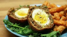 Sausage-Wrapped Soft Boiled Eggs Scotch Eggs Here's what you need: 7 Large Eggs 450 g Ground Sausage 1 Bunch Green Onions 2 Cloves Garlic (minced) 1 Tbsp. Egg Recipes, Cooking Recipes, Scotch Eggs Recipe, Sausage Wrap, Soft Boiled Eggs, Hard Boiled, Good Food, Yummy Food, Dining