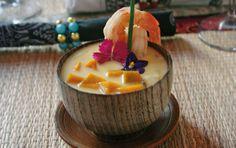 Sopa de camarões com leite de coco, cubos de abóbora e manjericão roxo - renata vanzetto