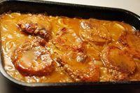 Chutné, šťavnaté plátky pečeného bravčového mäsa s výborným výpekom. Aby nebolo bravčové pliecko po upečení suché, používam tento spôsob jeho prípravy. Samozrejme sa dá takto upiecť aj krkovička, alebo bôčik. Korenie na obaľovanie do múčnej zmesi môžete použiť aké máte radi. Celkom stačí paprika a mleté čierne korenie. Kto má rád zmes grilovacieho korenia, tiež sa dá. No Salt Recipes, Pork Recipes, Cooking Recipes, Czech Recipes, Ethnic Recipes, Good Food, Yummy Food, Pork Dishes, Food 52