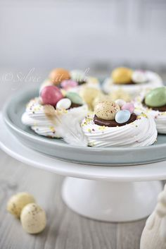 color from image color from images Mini Pavlova, Meringue Pavlova, Desserts With Biscuits, Cookies Et Biscuits, Desserts Ostern, Bon Dessert, Easter Dinner Recipes, British Baking, Easter Treats