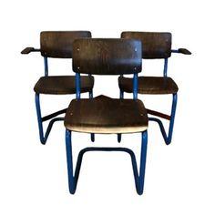 Ahrend buisframe stoelen uit 1970. Blauw frame met wat roestvlekken, maar constructie 100%. Hout opnieuw behandeld. Twee stoelen met armleuningen, één zonder.