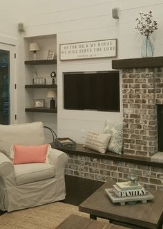 Sitting hearth old savanna brick fireplace. Wooden hearth seat, built in floating shelves, shiplap walls, Magnolia Market fixer upper sign (cause we have to had something from there in this house ;)). Dream farmhouse ❤
