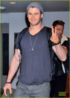 chris hemsworth carries thor hammer at narita airport 05 Chris Hemsworth shows off his Thor hammer while arriving on a flight at Narita International Airport on Saturday (January 25) in Tokyo, Japan.    The 30-year-old…