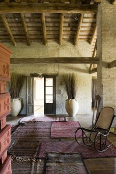 interior foto : stefano scata   Que hermosura de arreglos al lado de la puerta, precioso