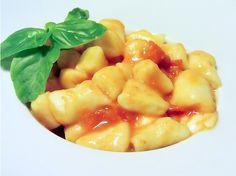 GNOCCHI FUME'…  Gnocchi di farina kamut bianca con patate gialle della Tuscia, pomodorini del Piennolo, provola affumicata di Agerola, sale nero affumicato artigianale.