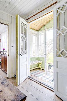 5 drömmiga torp du bara måste spana in (Emmas Vintage) Scandinavian Cottage, Swedish Cottage, Cottage Style, Porch Decorating, Interior Decorating, Interior Design, Door Design, House Design, Vintage Porch