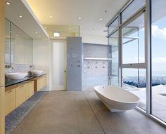 Salle de bain épurée, aux lignes douces - combinaison de matériaux réussie. Et quelle vue...