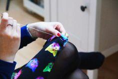 Jak stehovat látku (jednoduše a správně) - Prošikulky. Sewing Hems, Sewing Elastic, Thread Chains, Thread Spools, Pattern Paper, Beanie Hats, Cotton Canvas, Knit Crochet, Sewing Patterns
