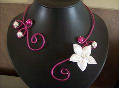 Collier fil alu fushia perles blanche/fushia fleur satin blanche mariée mariage fetes