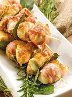 Gli Spiedini di involtini mignon fasciati, a base di pollo, sono una bontà, ideali per una cena appetitosa, accompagnati da un fresco contorno di stagione.