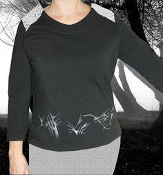 Camiseta negra y plata de Pat-Pil por DaWanda.com Textiles, T Shirts For Women, Crop Tops, Sweatshirts, Long Sleeve, Sleeves, Sweaters, Mens Tops, Fashion