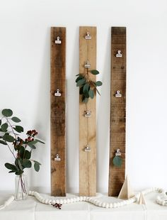 DIY Christmas Card Display @themerrythought - This would be fantastic for pictures or postcards instead
