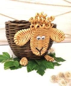 Fotografije na zidu zajednice Newspaper Basket, Newspaper Crafts, Willow Weaving, Hand Weaving, Dry Leaf Art, Sun Paper, Basket Weaving Patterns, Art N Craft, Diy And Crafts