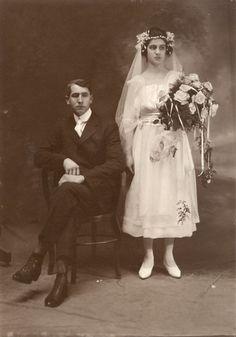 I can't imagine a less happy looking bridal couple ... I'm writing Käthe's 1920's wedding