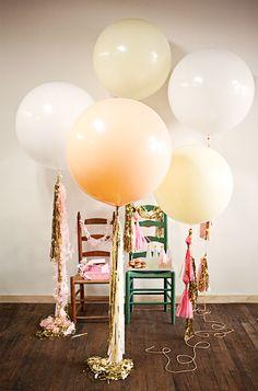 Μια θαυμάσια ιδέα για να διακοσμήσετε ένα party! Μπαλόνια στις ουρές των οποίων κρέμονται εντυπωσιακές κορδέλες και γιρλάντες.