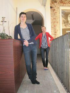 met als models of the day:  Stephanie Wannin en Marilyn Willemyns. Stephanie (links) draagt een jasje en bloes van Fornarina en een broek van G-Star Raw. Marilyn (rechts) combineert een topje en pull van Fornarina met een broek van G-Star.