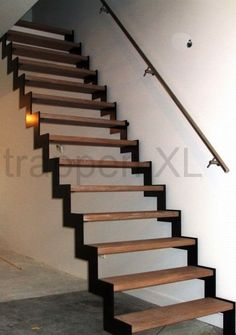 Rechte trap uitgevoerd als muizentrap. Langs de muur een rvs muurleuning op luxe leuningdragers. #Z_trappen, #Steektrap