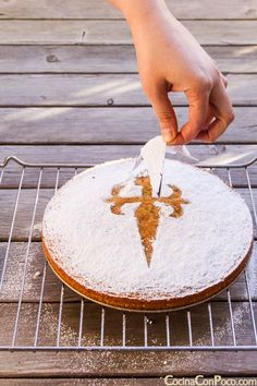 - Tarta de Santiago – Traditional recipe step by step New Years Eve Dessert, Spanish Dishes, Easy Eat, Latin Food, Pastry Cake, Almond Recipes, Savoury Cake, Sin Gluten, Christmas Desserts