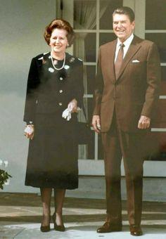 La primera ministra británica Margaret Thatcher (1925-2013) durante una visita al Presidente de Estados Unidos Ronald Reagan (1911-2004) en la Casa Blanca el 29 de septiembre de 1983. (Public Domain) #miercolesretratos #EnciclopediaLibre
