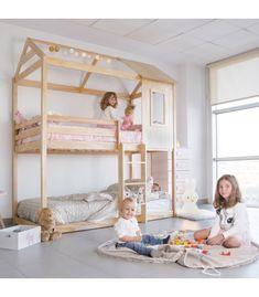 Camas montessori con forma de casita y con una ventana. El material de las camas montessori es madera de pino macizo y color pino. La