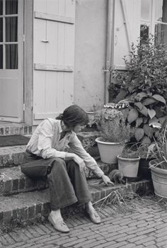 Charlotte Gainsbourg is a dream in denim. Everything about this picture is perfect. Highwaisted denim, tassled loafers, a button up, tons of plants and a kitten. #dreamindenim