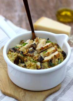 Dans cette recette, le quinoa est cuit comme un risotto. Avec des morceaux de poulet rôti et des noisettes grillées, ce plat simple à préparer est un régal !