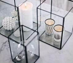 Van simpele theelichtjes tot indrukwekkende kandelaars, tijdens koude dagen brengen kaarsen warmte en gezelligheid in het interieur.