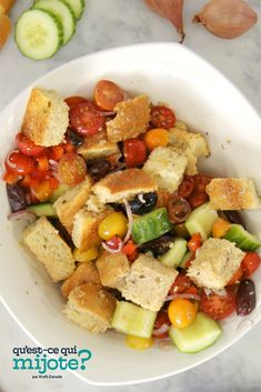 Salade panzanella arrosée de vinaigrette Méditerranéenne grecque RENÉE'S #recette Easy Salad Recipes, Easy Salads, Summer Salads, Croutons Maison, Greek Vinaigrette, Summer Tomato, Cooking Instructions, Salads
