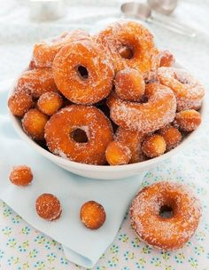 Gluten Free Donut Mix Craving a soft, fluffy, yeast raised donut? These have just the right amount of crispy on the outside with a soft pillowy inside, and taste incredible. They rival the donuts at your favorite donut sho Gluten Free Donuts, Gluten Free Baking, Gluten Free Desserts, Gluten Free Recipes, Patisserie Sans Gluten, Dessert Sans Gluten, Delicious Donuts, Yummy Food, Tasty