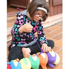 LA ORUGA DEL APRENDIZAJE PT251 Con esta oruga, el niño se entrenará a abotonar o atar jugando. Un excelente juguete que prepara hacia la autonomía.