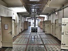 Innenaufnahme der ehemaligen Untersuchungshaftanstalt der Stasi. Man sieht den Zellentrakt. Oben kann man zu einem weiteren Stockwerk durchblicken.