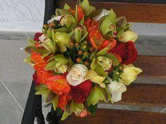 Bouquet multifloral con cymbidium, rosas rojas y blancas, amarillys, hipericum y follaje