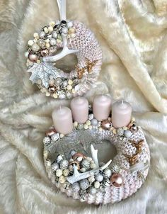 Stunning Christmas Sweater Wreath Advent Candles Decoration Ideas - Page 36 of 55 - Chic Hostess Christmas Advent Wreath, Xmas Wreaths, Christmas Candles, Christmas Centerpieces, Pink Christmas, Christmas Crafts, Christmas Decorations, Table Decorations, Advent Candles