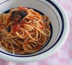 Briciole di Salute - ricette e consigli per mangiare in modo salutare: Spaghetti alla puttanesca - Briciole di Salute