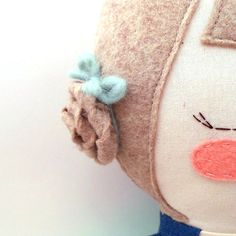 Penelope es una muñeca de trapo cosido meticulosamente, con mano embriodered y detalles aplicados. Sólo los mejores y más duraderos materiales