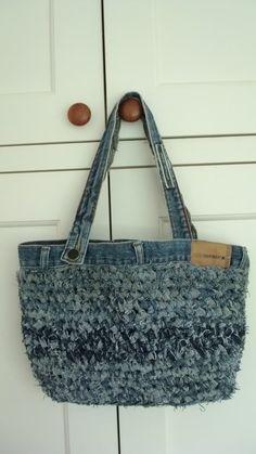 Crochet crochet old jeans. Think I would locker hook with strips o. Love, old jeans. Think I would locker hook with strips o. crochet old jeans. Think I would locker hook w. Jeans Recycling, Recycle Jeans, Upcycle, Crochet Crafts, Crochet Projects, Love Crochet, Knit Crochet, Diy Sac Pochette, Denim Crafts