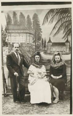 Photo of Frida Kahlo with friends Diego Rivera Frida Kahlo, Frida And Diego, Frida Art, Mexican Artists, Feminist Art, My Muse, Naive Art, Great Artists, Usain Bolt