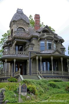 This house with a fresh coat of lighter paint 💜 Victorian Architecture, Beautiful Architecture, Beautiful Buildings, Beautiful Homes, Old Mansions, Mansions Homes, Abandoned Mansions, Old Abandoned Houses, Abandoned Places