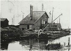Asten - De Griendtsveense Turfstrooisel Maatschappij werd opgericht in 1882.De onderneming verwerkte zwartveen tot turfstrooisel. Dit is zeer geschikt voor het afdekken van borders en beschermt tuinen tegen vorst en uitdroging. In de jaren tot 1909 bouwde de maatschappij fabrieken op een groot aantal plaatsen in Nederland en in het buitenland. Zoals de foto van deze week getuigt verrees er ook een turfstrooiselfabriek in de Astense Peel. Na de Eerste Wereldoorlog daalde de vraag naar…
