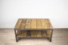 Mesa de centro con dos niveles hecha con una estructura de hierro soldada y madera de pale reciclada, tintada y tratada para un acabado perfecto.
