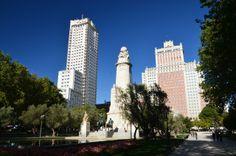 La Plaza de España de #Madrid con el monumento dedicado a #Cervantes, de 1927, con sus dos personajes más famosos, Don Quijote y Sancho Panza. http://www.viajaramadrid.org/?page=centrodemadrid.php #turismo #guia #viajar