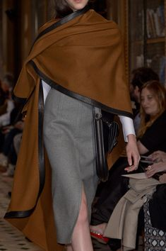 View all the detailed photos of the Hermes autumn (fall) / winter 2013 showing at Paris fashion week. Style Work, Mode Style, Style Me, Fashion Details, Look Fashion, Womens Fashion, Fashion Design, 40s Fashion, Fall Fashion