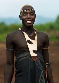 anotherafrica: CALLE RURAL ESTILO # 8 ETIOPÍA Dashing Bodi joven de Ethiopia.Shot por Eric Lafforgue través de flickr. Imagen cortesía del fotógrafo. Todos los derechos reservados.