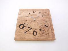 Reloj tallado en madera de roble en bajorrelieve, tratado con betún judaico y barniz ecológico.  Dimensiones:25×25cm.aprox.